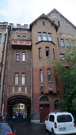 Жилой дом Александровской мужской больницы, 16-я линия ВО, 9