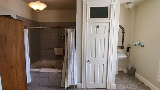 King jacuzzi room bathroom