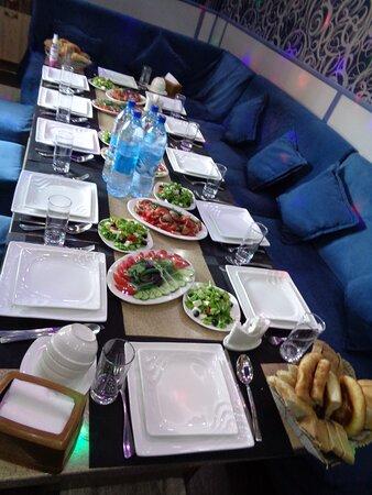 Kulob, Tajikistan: Dla nas wszystko było super przygotowane w klimatyzowanym pomieszczeniu . Widok stołu z różnymi sałatkami i różnymi rodzajami pieczywa trochę nas zaskoczył .