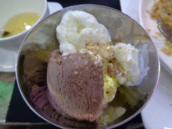 Kulob, Tajikistan: Kombinacja lodów z orzechową posypką potwierdziła jakość tutejszej kuchni i obsługi . Czuć było Europę do której pojutrze wracamy .