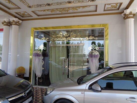 Kulob, Tajikistan: Główna część kompleksu nastawiona jest na imprezy weselne , co widać na zdjęciu .