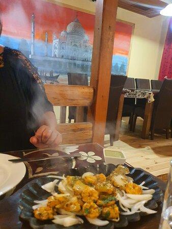 Wir waren sehr zufrieden mir dem Essen als auch mir dem Service im Taaj Palace. Absolut zu empfehlen. Vor allem das Naan Brot muss man probieren. Sehr lecker