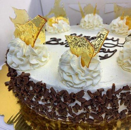 Vanilla Cake with Caramel Shards