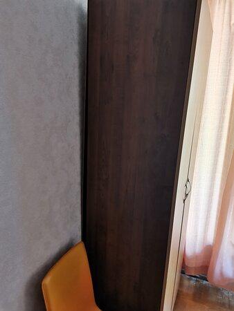 шкаф разваливается и вот вот упадет на человека