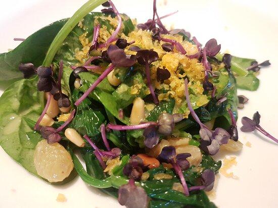 laumwrmer Spinatsalat mit goldenen Rosinen