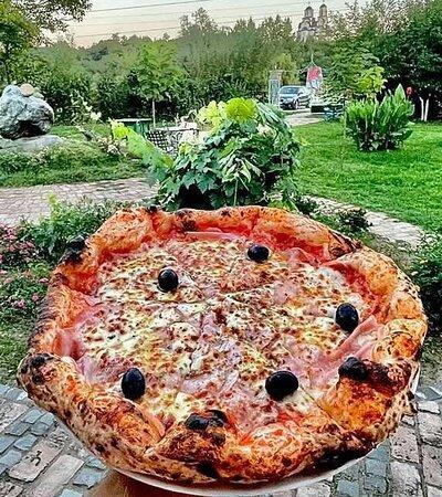 Pizza Kapricoza Pice spremamo u italijanskoj tradicionalnoj peći na drva, prema tradicinalnom receptu, zbog čega prema Trip Advisor recenzijama spadamo u grupu gde su najposećeniji i odlično ocenjeni restorani grada Kraljevo.