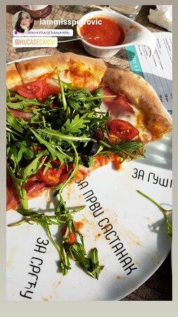 Pizza Prsuta - Pizza Prsuto  Pice spremamo u italijanskoj tradicionalnoj peći na drva, prema tradicinalnom receptu, zbog čega prema Trip Advisor recenzijama spadamo u grupu gde su najposećeniji i odlično ocenjeni restorani grada Kraljevo.