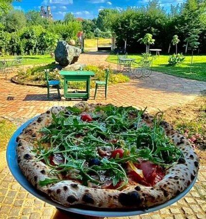 Pizza Sećanja - Napoli style Pice spremamo u italijanskoj tradicionalnoj peći na drva, prema tradicinalnom receptu, zbog čega prema Trip Advisor recenzijama spadamo u grupu gde su najposećeniji i odlično ocenjeni restorani grada Kraljevo.