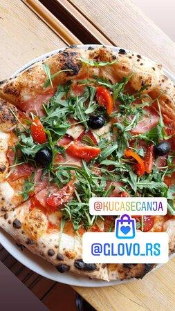 Pizza Prsuta Pice spremamo u italijanskoj tradicionalnoj peći na drva, prema tradicinalnom receptu, zbog čega prema Trip Advisor recenzijama spadamo u grupu gde su najposećeniji i odlično ocenjeni restorani grada Kraljevo.