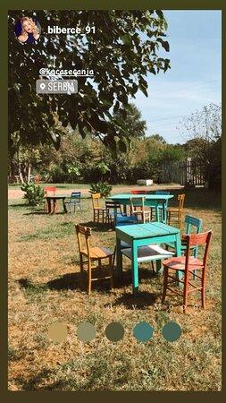 """Stolovi su postavljeni na travnjaku što doprinosi osećaju """"kao kod kuće""""  Restoran Kuća Sećanja Kraljevo"""