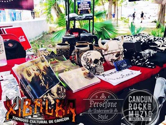 Cancun, Mexico: Tinguis Cultural alternativo en Cancún Tienda de accesorios rock goth persefone underworld style un expositor en el lugar