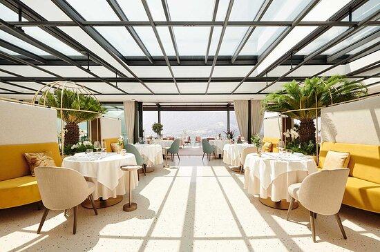 Großes, öffenbares Glasdach im hellen Restaurant ÀlaCarte (im Rahmen der Halbpension)
