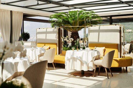 Tische unter dem großen Glasdach im Restaurant ÀlaCarte (im Rahmen der Halbpension)