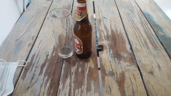 Tavolo scrostato e non apparecchiato.