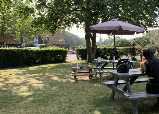 Trumpington, UK: Garden with bench table for Small Persons