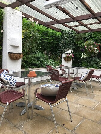 Dunstan, UK: Covered courtyard tables
