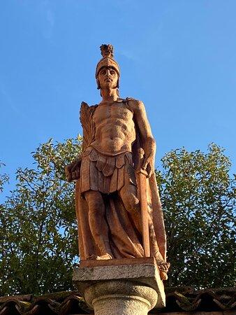 Casei Gerola, Ιταλία: Statua in pietra nel piazzale della chiesa parrocchiale raffigurante un soldato romano.    Stone statue in the square of the parish church depicting a Roman soldier.