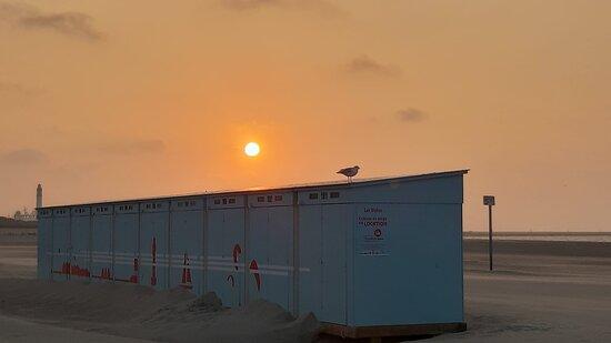Dunkirk, França: Cabines typiques et coucher de soleil