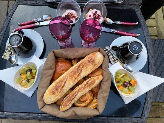 le petit déjeuner 1ère partie, viennoiserie, pain, yahourt, coupe de fruit frais.