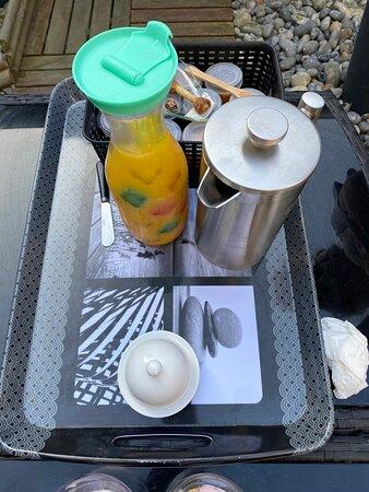 le petit déjeuner 2ème partie, jus de fruit;, café, confiture, beurre.