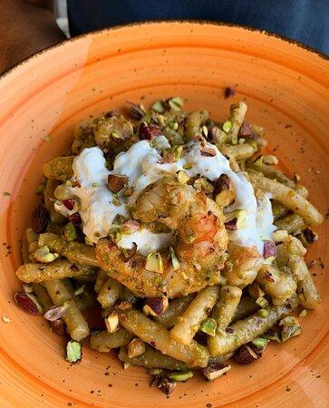 Caserecce fresche, bisque di gambero, pesto di pistacchio, gamberone, stracciatella fiordilatte, granella di pistacchio