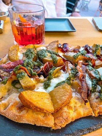 Spicchi di patate fresche al forno aromatizzate, bacon artigianale di suino ragusano, mozzarella di bufala, crema al basilico scivù, basilico
