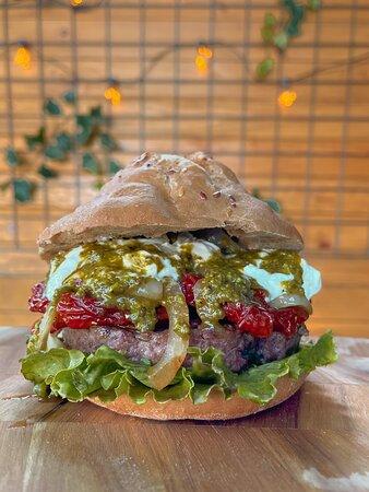 IPPO Lattuga canasta, burger di puledro siciliano (200 gr), pomodoro secco saltato con cipolla bianca di Giarratana, stracciatella fiordilatte, pesto di pistacchio scivù