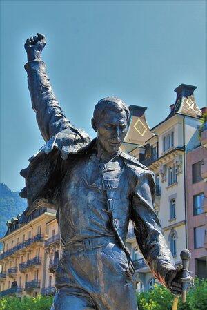 F. Mercury . la statua è posta in riva al lago Lemano , a Montreux. Agosto 2021.