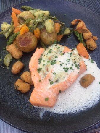 Dos de saumon et soufflé de moules, jus d'écume, cromesquis de moules, poêlée de légumes