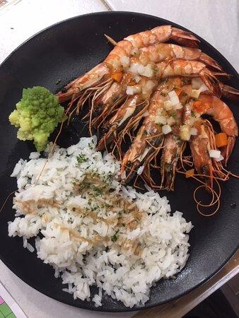 Brochette de gambas rôties aux petits légumes, riz thaï