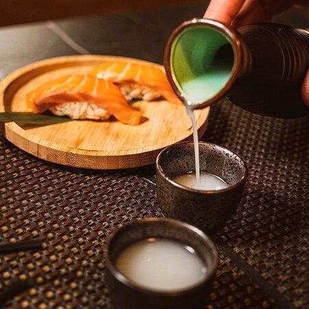 🍶 ¿Alguna vez has probado el sake? 🍶  Te presentamos nuestro Sake blanco Nigori. Un sake tradicional blanco, cremoso y ligeramente afrutado. Ideal para tomar en frío y combinar con cualquier plato de los que tenemos en carta. Como por ejemplo estos nigiris de salmón que nunca defraudan 🍣 .