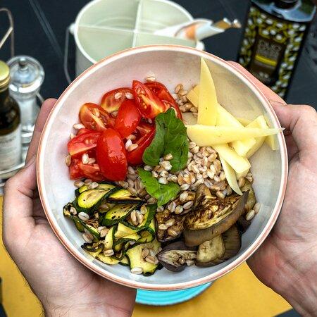 Desideri qualcosa di fresco? Vuoi mangiare sano? Prova una delle nostre Salad Bowl!  In foto quella con farro, caciocavallo di Montella, pomodorini, basilico, zucchine e melanzane grill