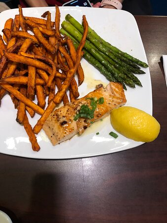 Chapin, Carolina del Sur: Grilled salmon, french fries