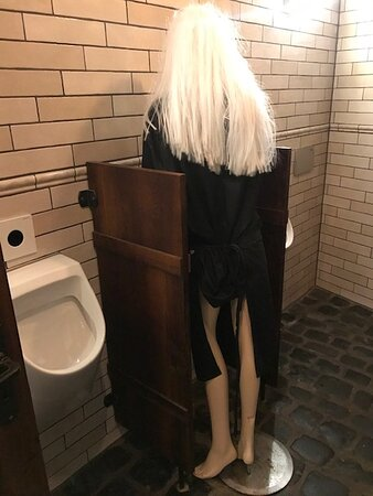 Puppe als Abgrenzung im Herren-WC