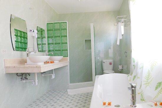 Boca de Camarioca, Cuba: baño de habitación vista mar