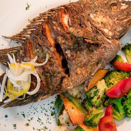 PESCADO DEL DIA  Pescado entero sazonado con la receta de la casa, acompañado de vegetales y tortillas amarillas. El tipo de pescado depende de la temporada.