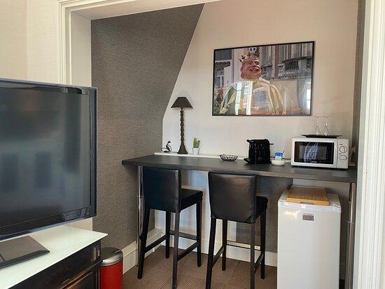 """Nous proposons 5 suites d'hôtes, 5 thèmes différents, ici retrouvez la kitchenette de la chambre """"Nuit de géant"""""""