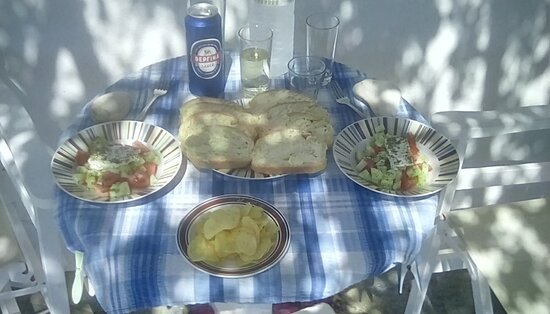 Tinos, Grecia: First Greek salad on our patio!