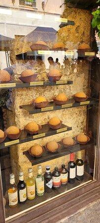 in vetrina i diversi tipi di arancini