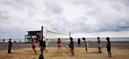 Волейбольная площадка открыта, поэтому заполнена.