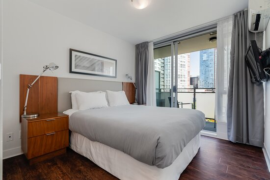 Pool, hot tub,and view from rooftop: imagen de Level Vancouver Yaletown - Seymour - Tripadvisor