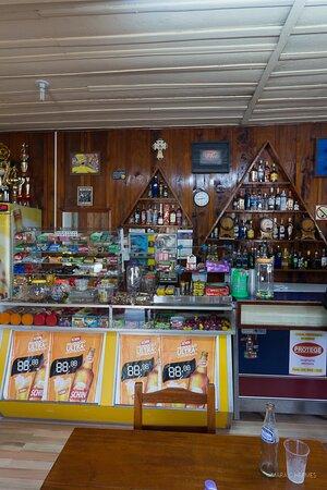 O interior do bar.