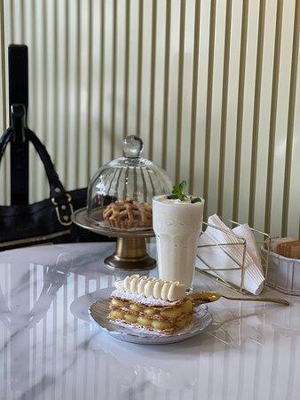 Hay muchos pasteles y los cafés muy ricos