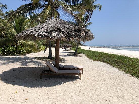 Le foto non potranno mai regalare le emozioni che hanno regalato a noi vivendole direttamente…..per questo vi consiglio di visitare questo luogo e questo resort fantastico di persona. Piscina fantastica, spiaggia bianchissima e finissima, paesaggio da cartolina e atmosfera da favola.