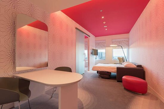 Suite with sofa bed fuchsia