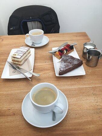 Chocolade taartje, fruittaartje en millefeuille