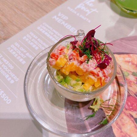 一杯頭盤鮮蝦杯,凍食的 有蝦、牛油果、芒果、蕃茄 味道豐富甜酸辣開胃,夏日食的確不錯。