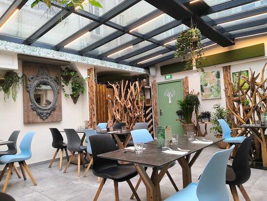 La salle à la déco moderne est magnifique, un vrai havre de paix, agreable de manger sous cette verrière et au milieu des plantes.