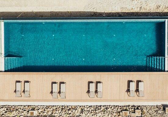 Vista aérea de la piscina infinity del complejo Nivaria Beach