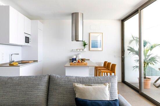 Cocina abierta de diseño para el alquiler de los apartamentos vacacionales de lujo de Nivaria Beach en el Sur de Tenerife